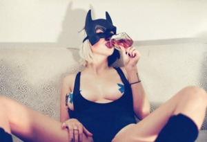 Loredana Catwoman, asistenta dominatoare, în pauză de cola